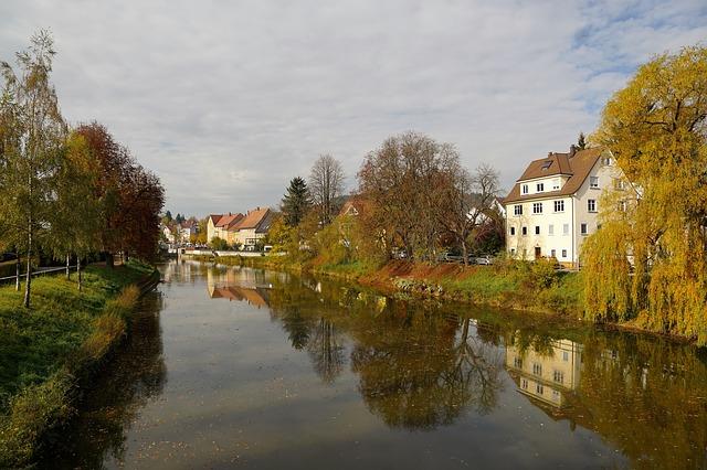 domy u řeky
