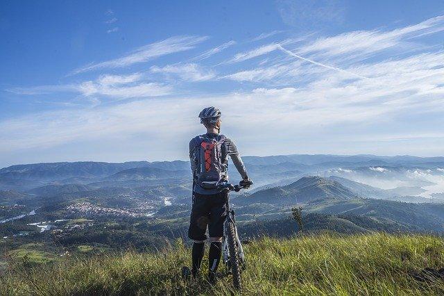cyklista na kopci