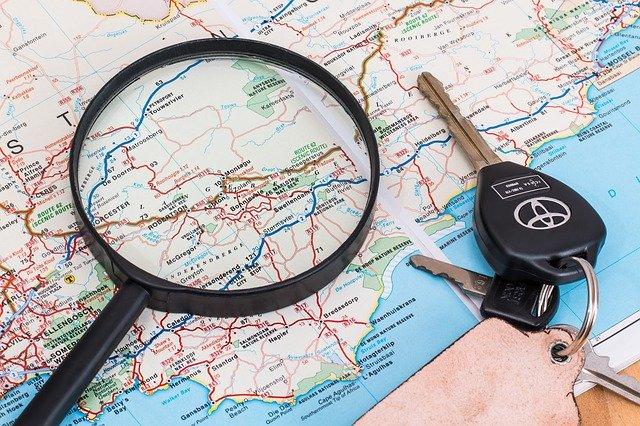 cestovní mapa, klíčky od auta