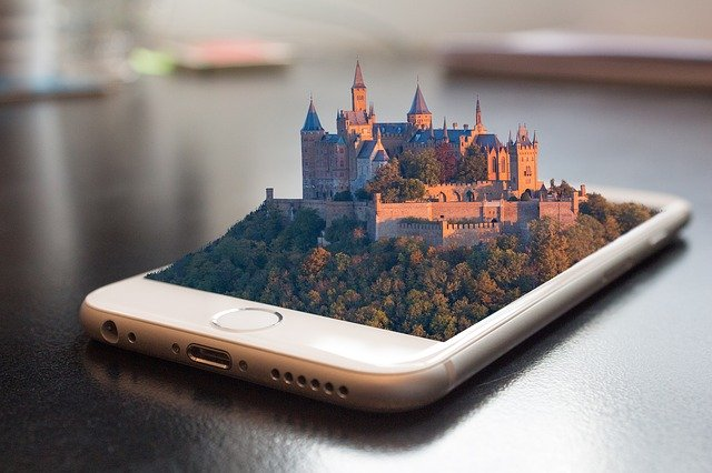Stříbrný smartphone