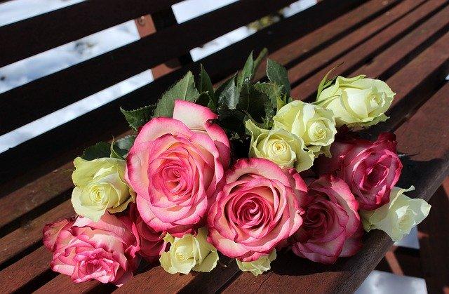 kytice růžových a bílých růží